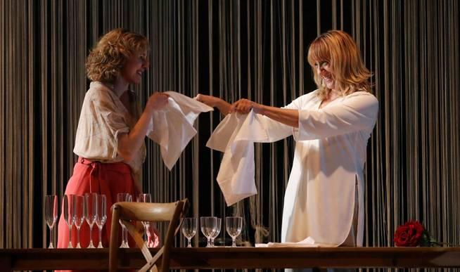 graf7829-madrid-21-03-2019-las-actrices-blanca-portillo-d-y-anna-moliner-durante-el-pase-grafico-de-la-obra-mrs-dalloway-esta-tarde-en-el-teatro-espanol-en-madrid-efe-juan-carlos-hidalgo